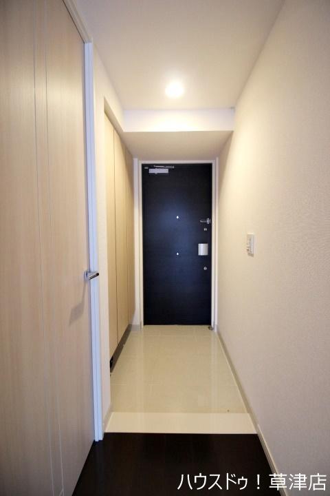 白を基調とした玄関、通路