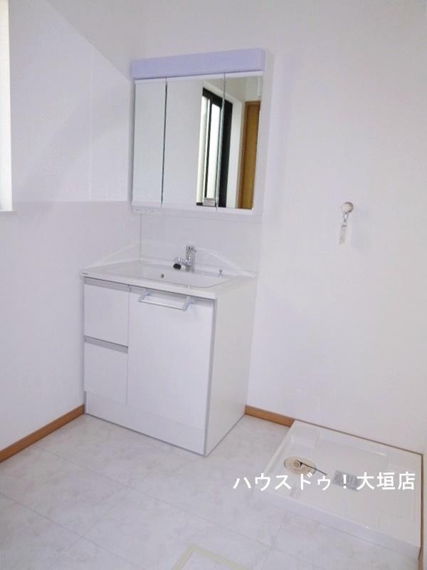 広い洗面所は洗濯機を置いても狭さを感じさせません。