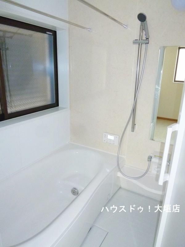 雨の日にも安心な浴室乾燥機付き。窓付きでジメジメした室内を換気します。