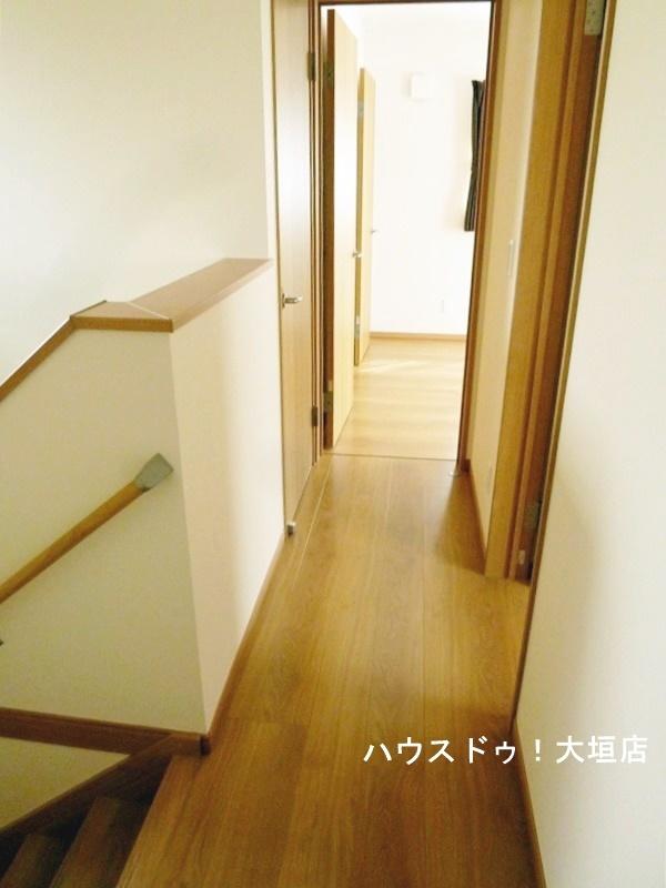 2階の廊下もお部屋の扉を開放すれば、風と光が通ります。