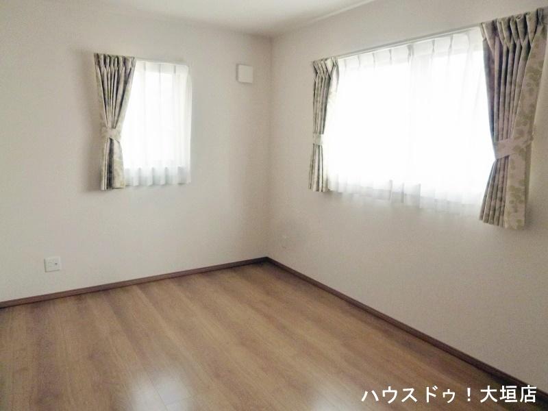 北側の部屋も2つの窓で暗さを感じさせません。