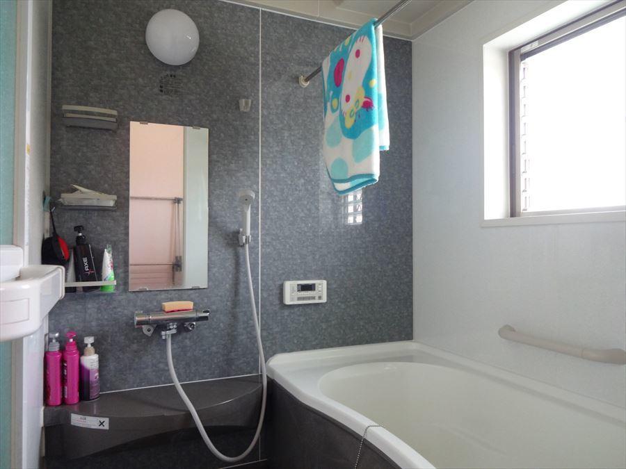 便利な浴室暖房乾燥機付きの浴室です。