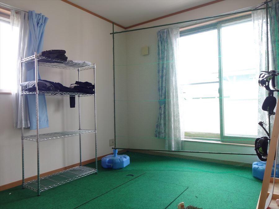 東側のお部屋は、日射しがたっぷり入る明るい洋室です。