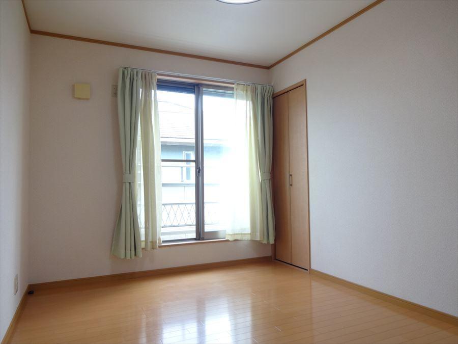 2階6帖の洋室です。きれいにお使いいただいています。