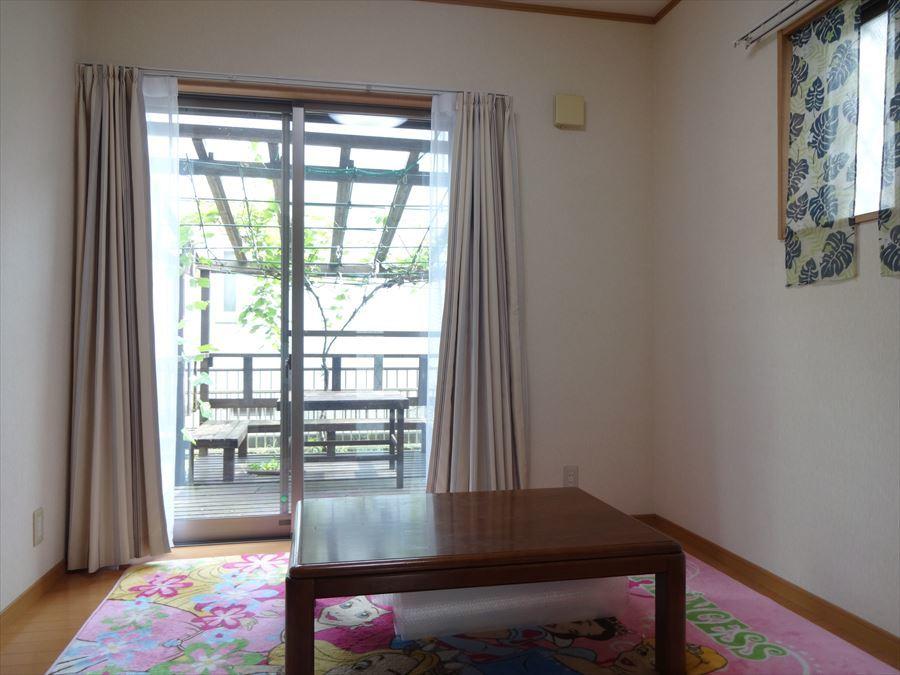キッチン側は、ダイニング空間に。窓の向こうは、お手製のウッドデッキがあります♪
