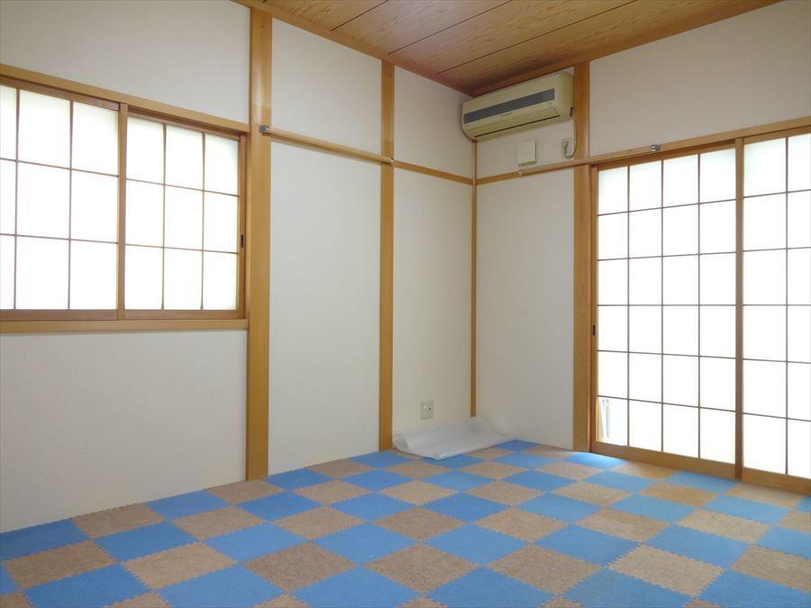 押入れ完備の6帖の和室は、廊下からも出入りできるので客間としても、お子様の遊び部屋としても活用できます。