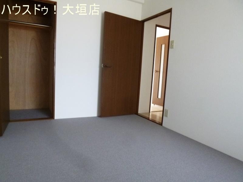 玄関入ってすぐの5.2帖の洋室。収納スペースもあります。