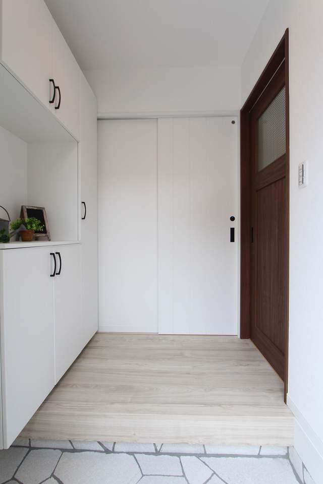 白を基調とした爽やかな玄関。収納もたっぷりで、玄関はいつもスッキリ♪
