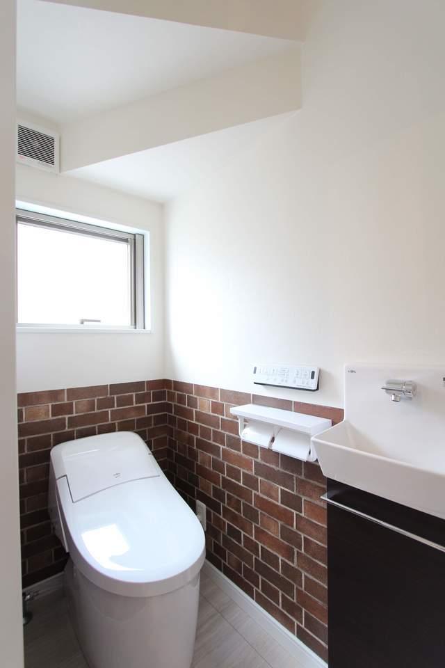 1階タンクレストイレ。フチなし便器でお掃除らくらく!手洗い器の下には掃除用具等を収納できます。