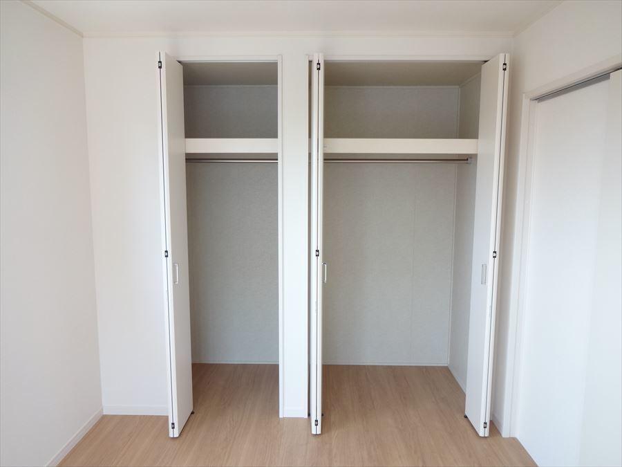 収納スペースも各部屋に完備しております♪