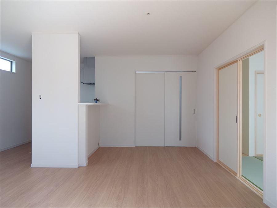 キッチンの対面はダイニング、南側にリビングと広く使っていただける間取りです。 和室とも繋がりがあるので、より一層広さを感じます。 リビングのソファや和室でごろんとくつろげる空間です。