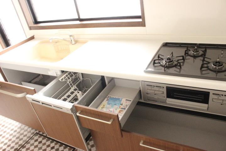 収納力のあるシステムキッチン 毎日のお片付けをサポートしてくれる食洗器付きです