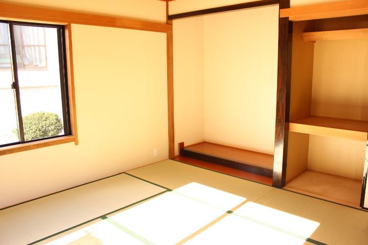 床の間、押入れのあつ6畳の和室