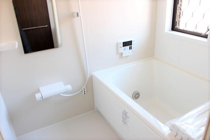 清潔感溢れる白の浴室 窓も付いてるので換気もしっかりできます