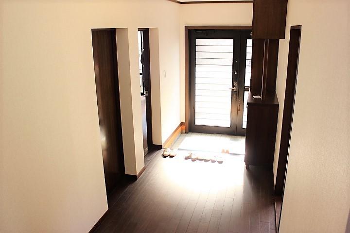 ゆとりある空間の玄関 自然光が入る玄関扉のお陰で、玄関も明るい印象ですよ