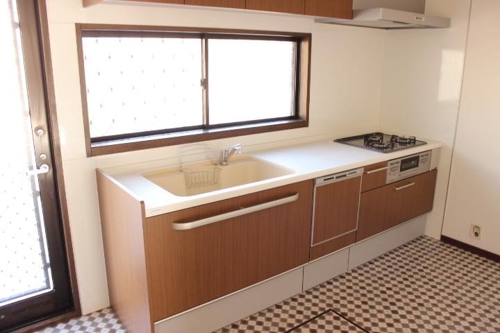 独立型のキッチン 広めのシンクに3口コンロで作業場も広いスペースを確保しています お料理がはかどりますね