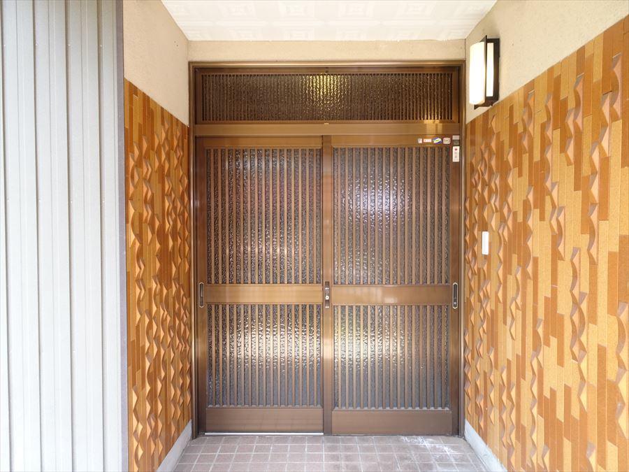 網戸がついているので、夏はドアを開けておいても虫が入る心配もないですね。風通しもよく、家の中で心地よく過ごせますね。