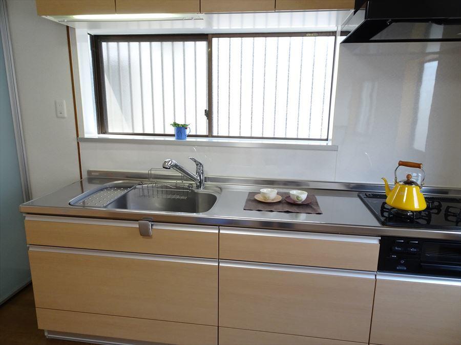 陽射しが入るキッチンは明るく、広めのダイニングなのでレイアウト自分好みに。