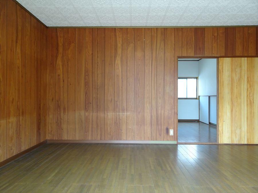 ダイニングとドア一つで繋がっています。 食事をする場所とくつろぐ場所とメリハリのつけられる間取りです。