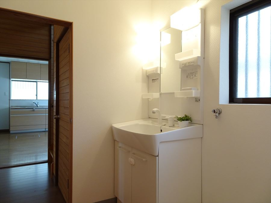 洗濯機を設置しても余裕のある洗面スペースは、朝の忙しい時間も安心。