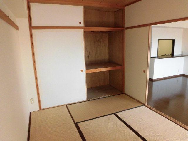 和室には押入があり天袋までついているので収納力が高いです。