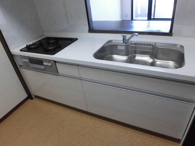 キッチンは収納もたっぷりです。シンクも広く作業がしやすいキッチン!