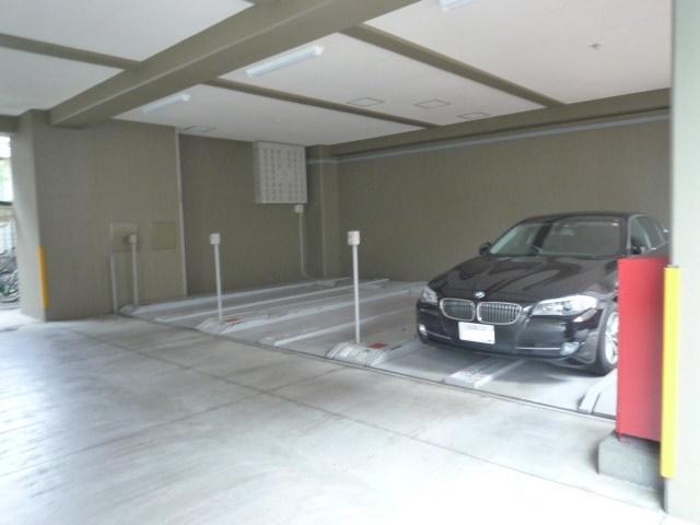 共有スペース:駐車場 屋根があるので雨や雪でも安心です。