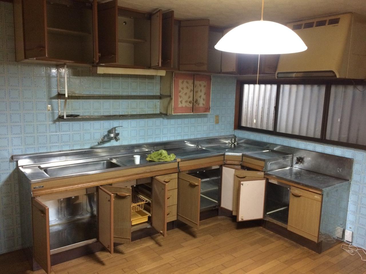 建物の内観写真です。 ①キッチン