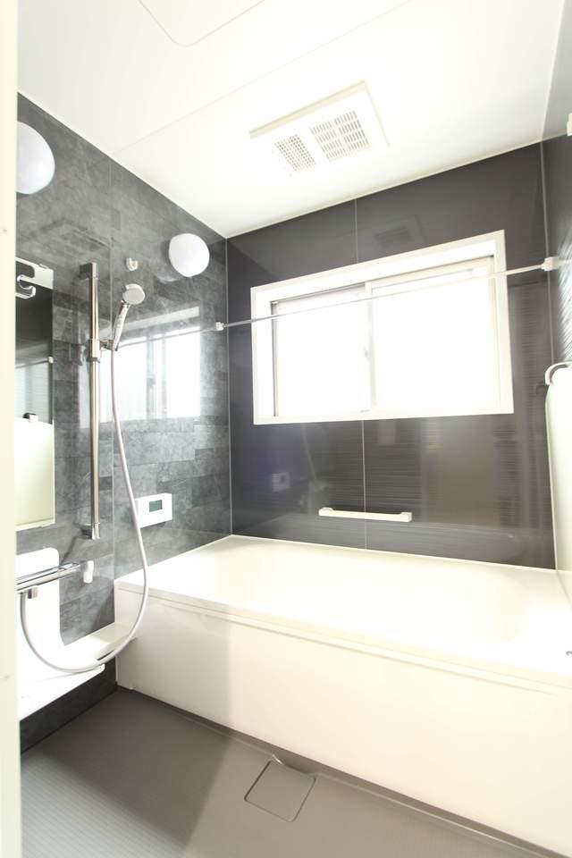 落ち着いた色目の浴室。暖房換気乾燥機付なので冬場のひやっとする浴室もあったか快適バスタイム