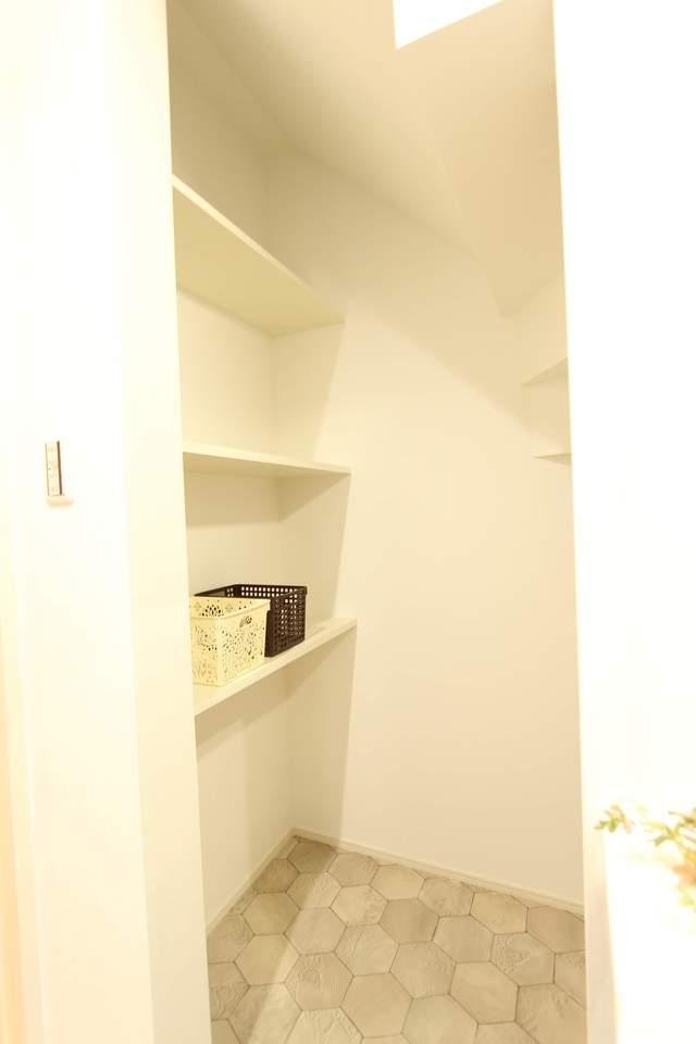洗面横には収納棚を設けました。階段下を無駄なく使ってすっきりお片付け!