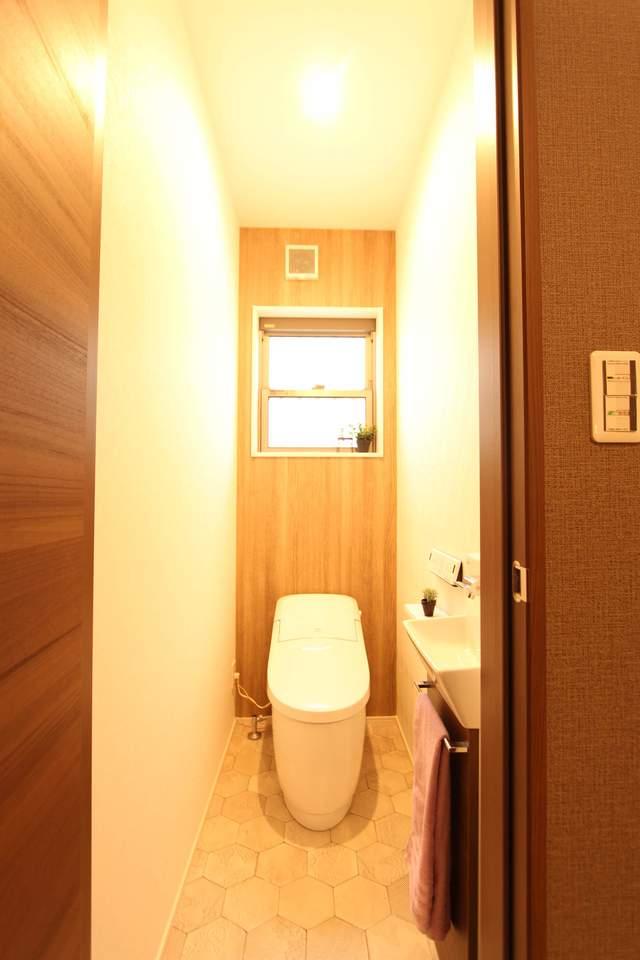 1階タンクレストイレ。手洗い器の下には掃除用具等を収納できます!お掃除楽々なフチなし便器!