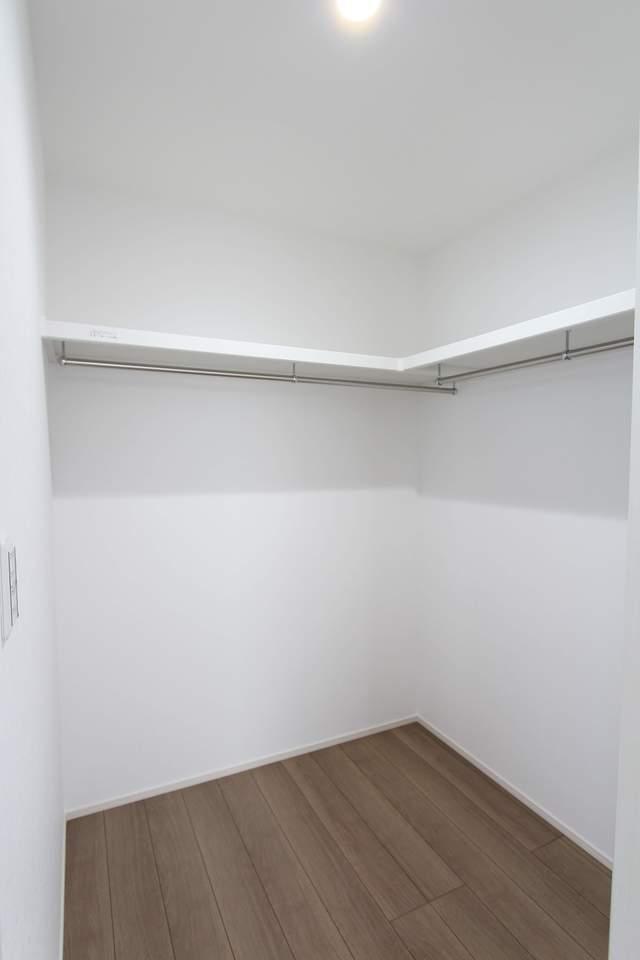 8帖主寝室のウォークインクローゼット。お洋服をたくさん収納して頂けます。