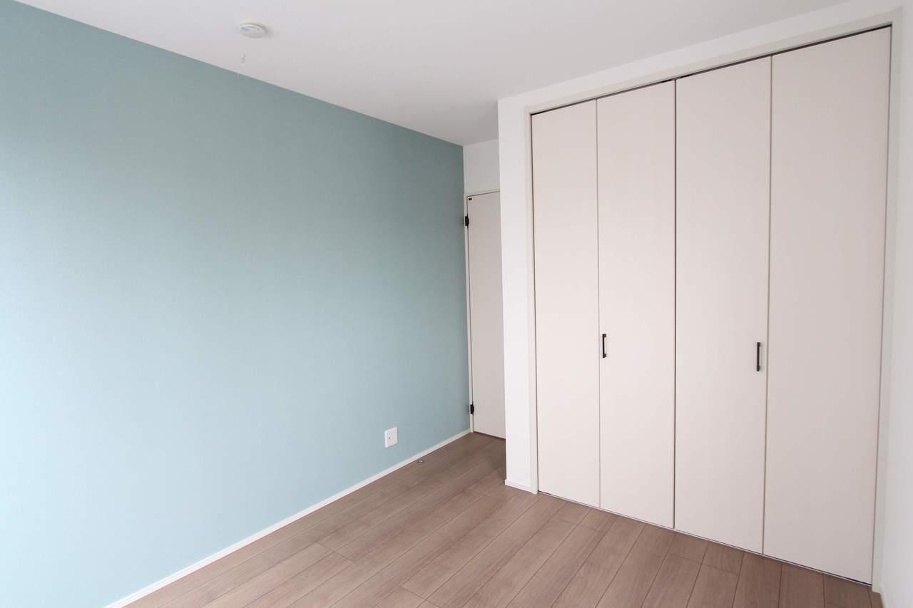 5.2帖洋室。水色の爽やかな壁紙がアクセント。お子様のお部屋にもぴったりです♪
