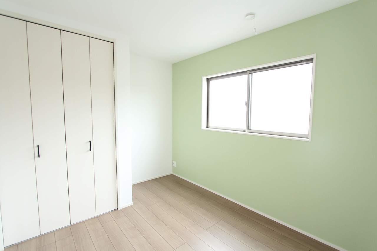 5.4帖洋室。淡いグリーンの壁紙が優しい雰囲気にしてくれます。お子様のお部屋にもぴったりです♪