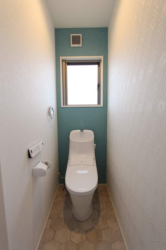 2階トイレ。グリーンのアクセント壁が爽やかな雰囲気に。お手入れ楽々なフチなし便器です!
