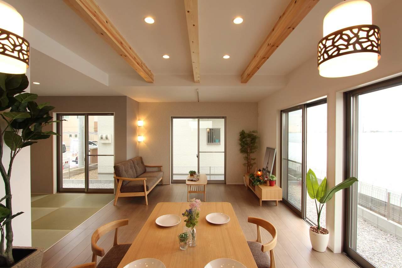 天井のダウンライトと見せ梁があたたかい雰囲気を作ります♪