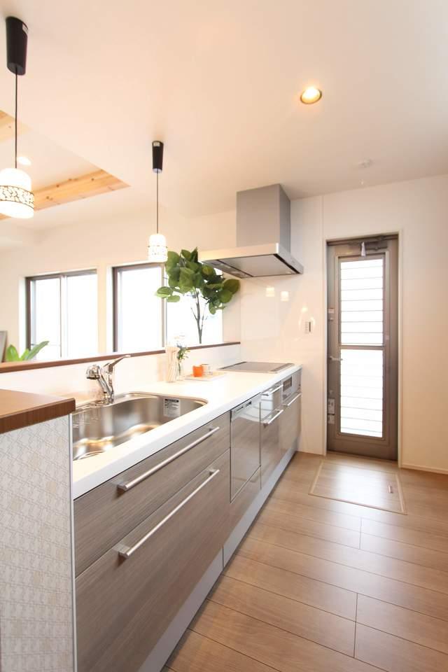 グレージュの落ち着いた雰囲気のキッチン。食洗器付きで食事後の後片付けも楽々です!お手入れ簡単なIHクッキングヒーター!