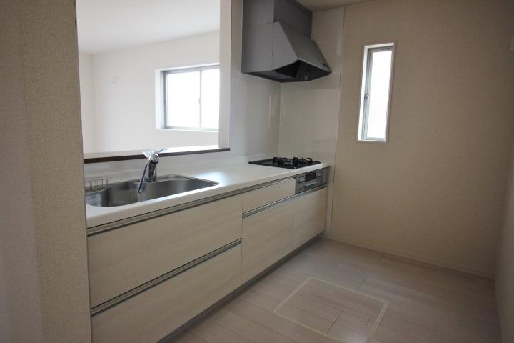 キッチン・シンク 大きなお鍋も洗いやすい ワイドサイズのシンク 水の音を抑える静音タイプです。