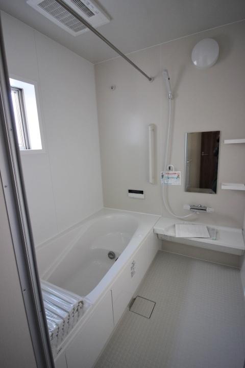 浴室・ユニットバス ゆったり1坪サイズのユニットバス 半身浴もできるバスタブを採用しています。