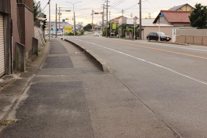 歩道も整備されている道路なので 安心して生活できます