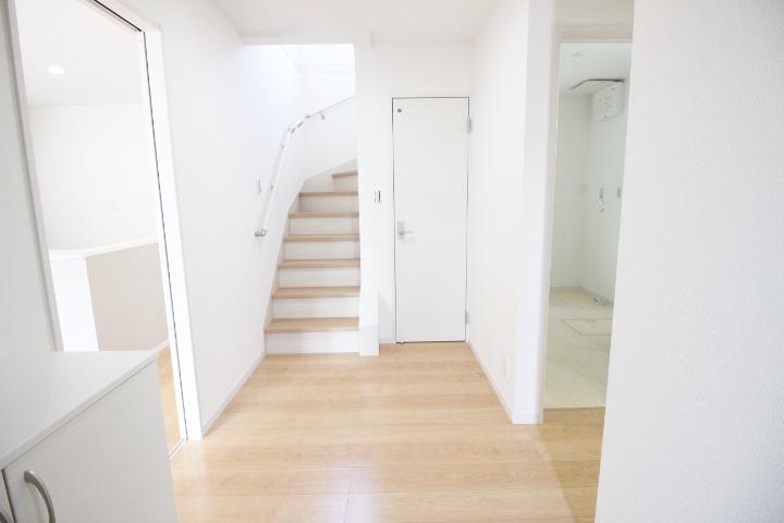 玄関には下駄箱がついています。靴なども下駄箱に収納してスッキリとした玄関を保てます。