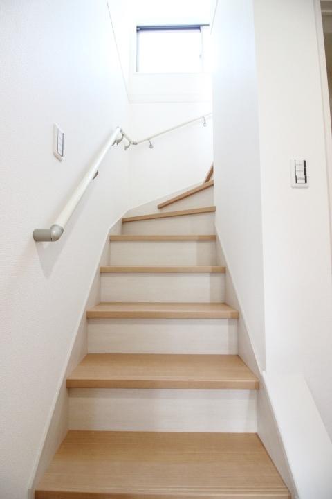 ゆったりとした階段。手すりもついていて安心ですね。