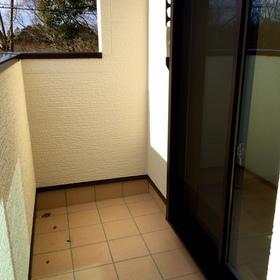 リビング南側には陽だまりテラス。目線を隠す、少し高めの壁はプライバシーも確保して空だけを与えてくれます。
