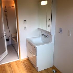 陽だまりテラスに面するもう一つの部屋はランドリー室です。洗濯物を陽に当たりながら室内干しできます。