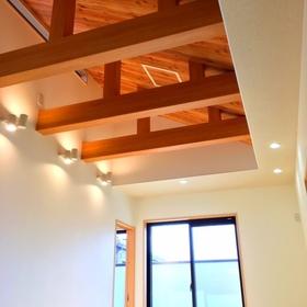 見上げれば、ナチュラルテイストの勾配天井が、明るさと解放感を与えてくれます。 デザイン性や個性を重視する方にオススメ☆