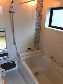 白基調の清潔感溢れる浴室です。