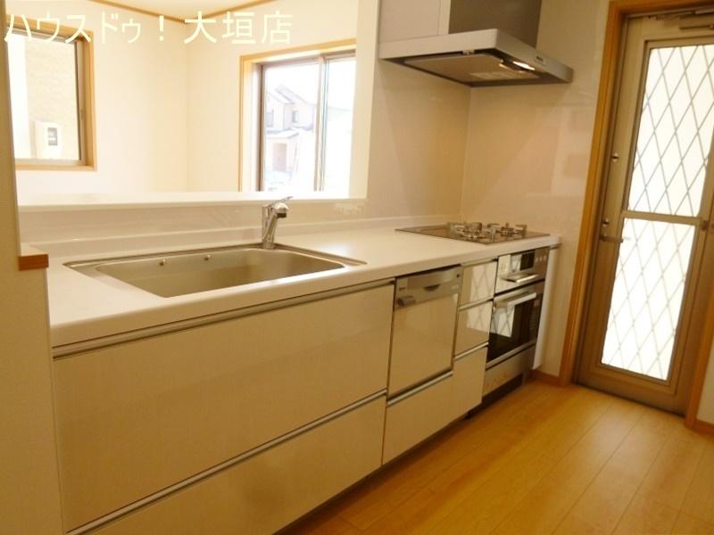 キッチンには勝手口がありゴミ出しなどに便利です。
