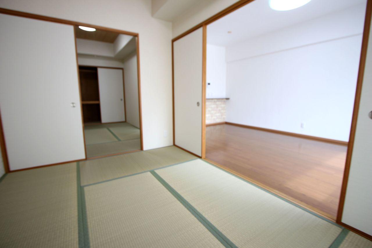 リビングに続いており、開放感あふれるお部屋です。 クロス・畳・床フローリングは貼替済です。
