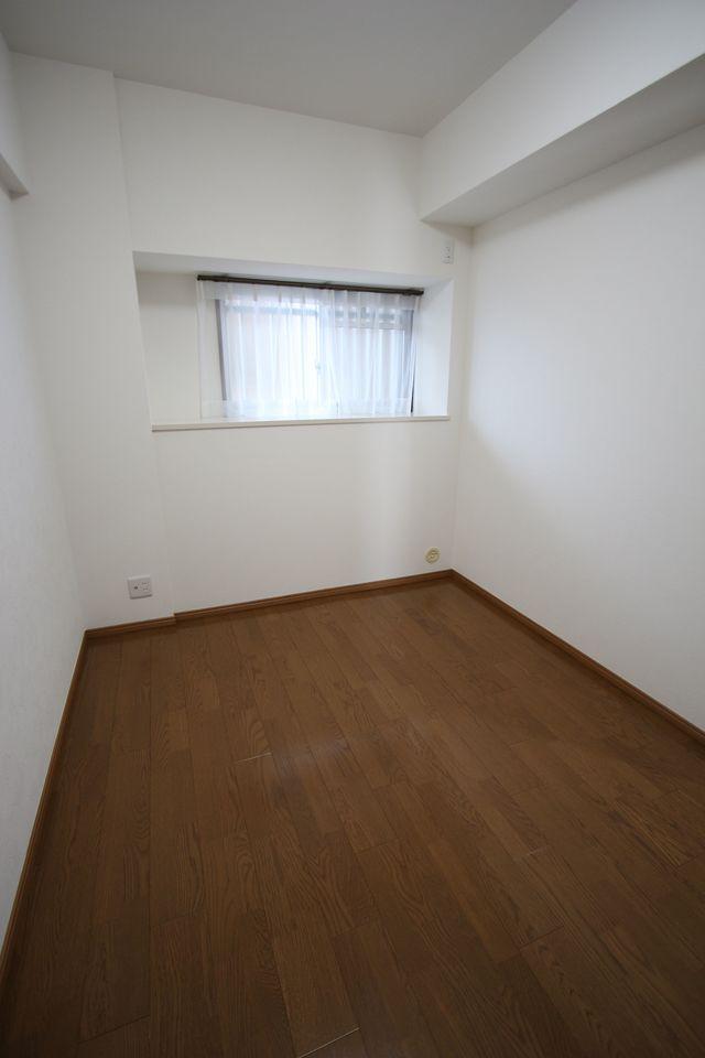 5.6帖洋室はお子様のお部屋にいかがでしょうか? こちらも、クロスと床は貼替えされています。