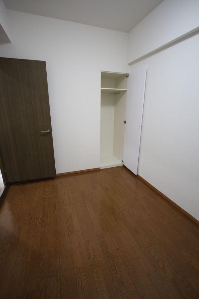洋室には収納スペースも設置。 白を基調としたさわやかな印象のお部屋に仕上がりました。